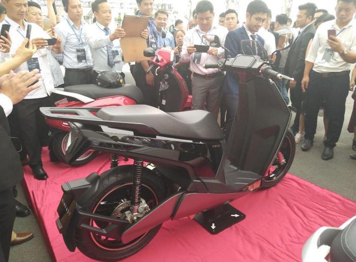 VinFast V9 sở hữu thiết kế mạnh mẽ, nam tính hơn nhiều so với dòng xe máy điện trước đó là VinFast Klara.