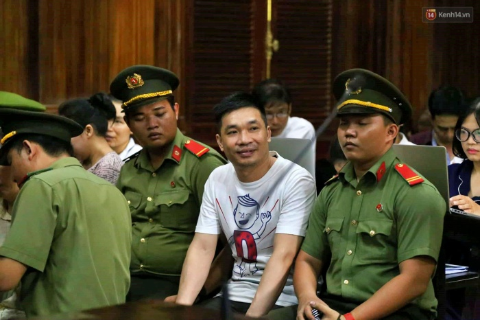 Văn Kính Dương nở nụ cười trong ngày xét xử thứ 3. Ảnh: Trí Thức Trẻ.