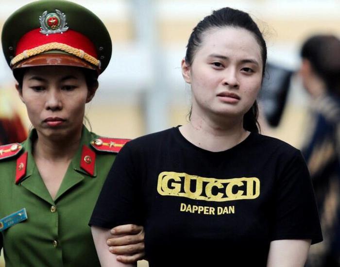 """Ngọc Miu kêu oan, nói không biết túi """"hàng"""" chứa ma túy ở phiên tòa ngày 8/5. Ảnh: VNE."""