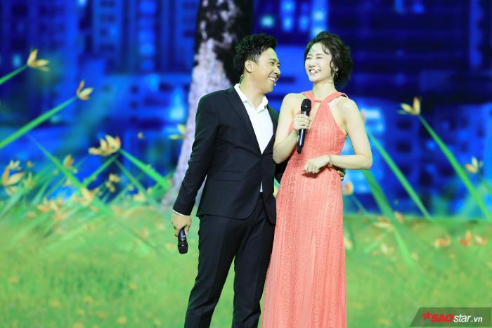 Cả hai trông rất hạnh phúc khi song ca với nhau.