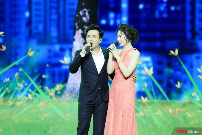 Trấn Thành và Hari Won song ca trên sân khấu.