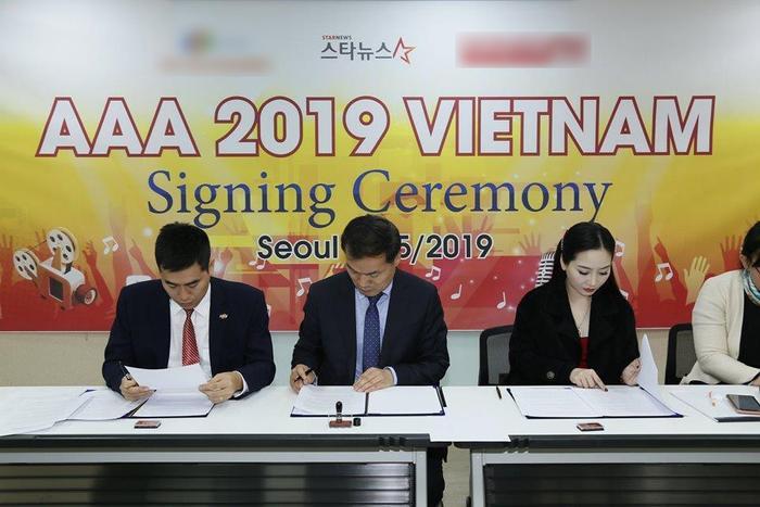 Hình ảnh được cho là buổi ký kết tổ chức Asia Artist Awards tại Việt Nam giữa đại diện Việt Nam và Hàn Quốc.