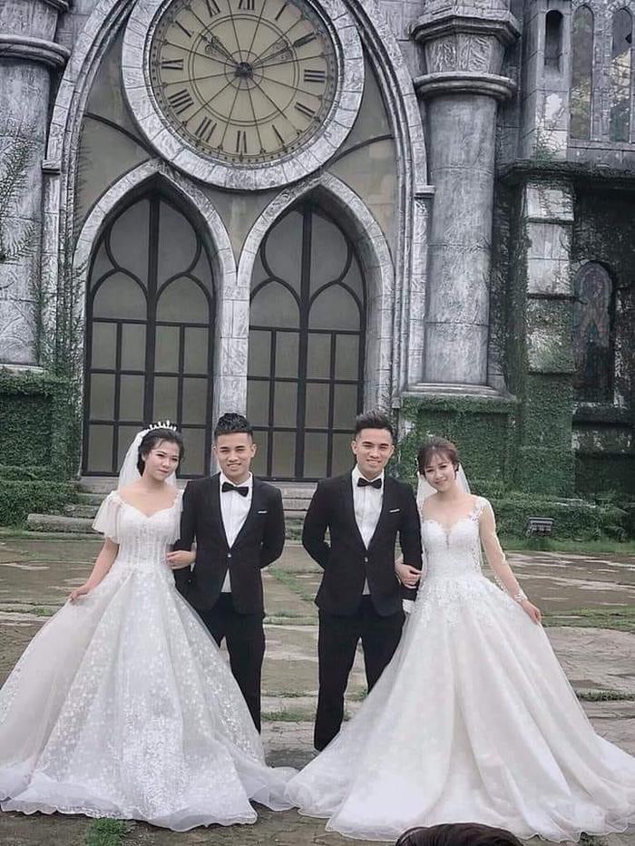 2 cặp đôi cùng chụp ảnh cưới ở 1 địa điểm.