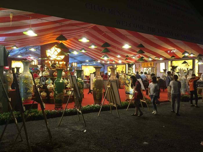 Nhiều khu trưng bày sản phẩm truyền thống của Việt Nam.