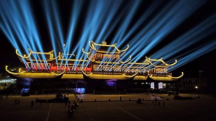 """Về đêm chùa Tam Chúc trong ánh đèn đẹp lung linh.Chủ đề của Vesak 2019 là """"Cách tiếp cận của Phật giáo về sự lãnh đạo toàn cầu và trách nhiệm cùng chia sẻ vì xã hội bền vững""""."""