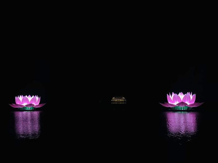 Những ánh đèn hoa đăng được thả trên mặt hồ về đêm tuyệt đẹp.