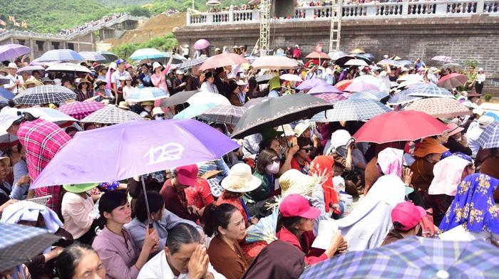Cảnh dòng người bất chấp nắng nóng về chùa Tam Chúc.