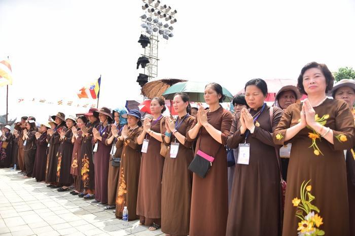 Phật tử nhiều nơi trong cả nước đổ về Hà Nam dự Đại lễ Phật đản.