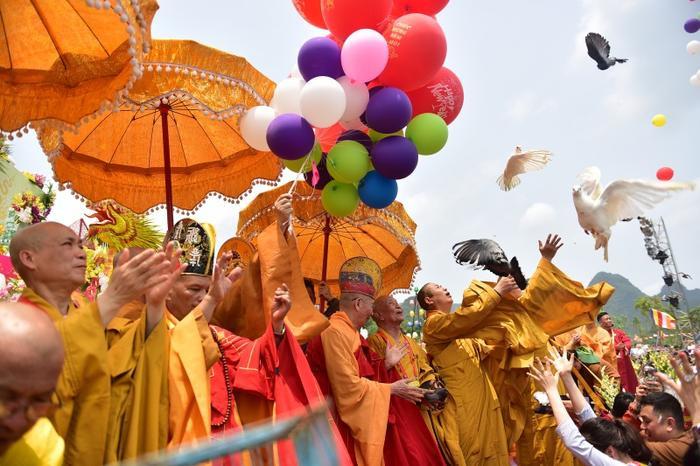 Tiếp đó là nghi thức thả chim bồ câu cùng bóng bay biểu tượng của sự hoà bình.