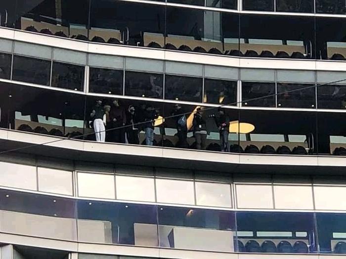 Các fan phát hiện TXT cổ vũ concert BTS ở sân vận động.