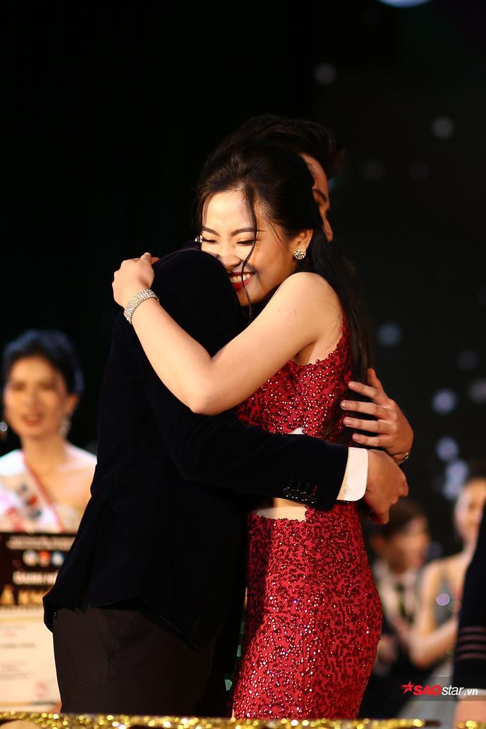 Với những câu trả lời ứng xử sắc sảo, cùng số điểm được tổng hợp từ nhiều vòng thi trước, Đỗ Hồng Hạnh và Phạm Tuấn Ngọc đã chinh phục hoàn toàn ban giám khảo và đăng quang ngôi vị Đại sứ ĐH Kinh tế Quốc dân 2019 một cách xứng đáng.