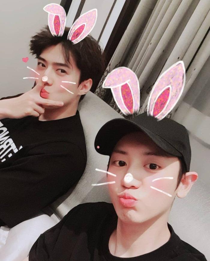 Hai thành viên Sehun và Chanyeol đang chuẩn bị sản phẩm âm nhạc cho nhóm nhỏ.