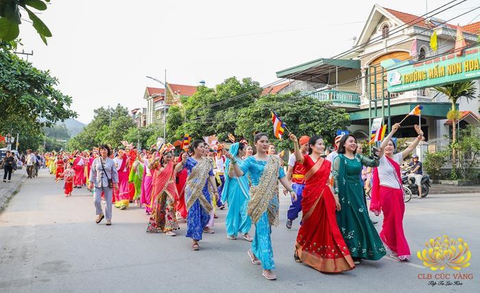 Bà Phạm Thị Yến (mặc váy đỏ ở hàng đầu tiên) trong buổi diễu hành tại TP Uông Bí (Quảng Ninh) chiều 12/5. Ảnh: CLB Cúc Vàng – Tu tập lục hòa.