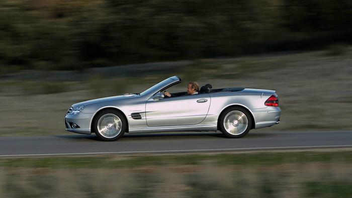 3. Steve Jobs -Mercedes SL55 AMG:Thời Steve Jobs còn sống, ông đã ký một thỏa thuận với một đại lý bán xe để đảm bảo cứ sau 6 tháng là ông sẽ có một chiếc xe hoàn toàn mới. Lý do cho hành động khác người này là vì những chiếc xe ông lái sẽ không phải gắn biển số, qua đó tránh phiền phức từ những người tò mò và các tay săn ảnh.Chiếc xe cuối cùng mà Steve Jobs sở hữu là mẫu Mercedes SL55 AMG.