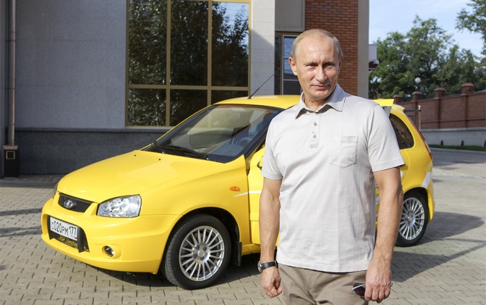 2. Vladimir Putin -Lada: Tổng thống Nga - Vladimir Putin là một trong những người đàn ông quyền lực nhất thế giới hiện nay. Ông Putin sở hữu một chiếc xe được chế tạo bởi nhà sản xuất xe hơi lâu đời nhất nước Nga - Lada. Nhóm khách hàng mà hãng xe nội địa Nga nhắm đến là những người bình dân yêu thích những chiếc xe giá rẻ và thiết kế đơn giản.