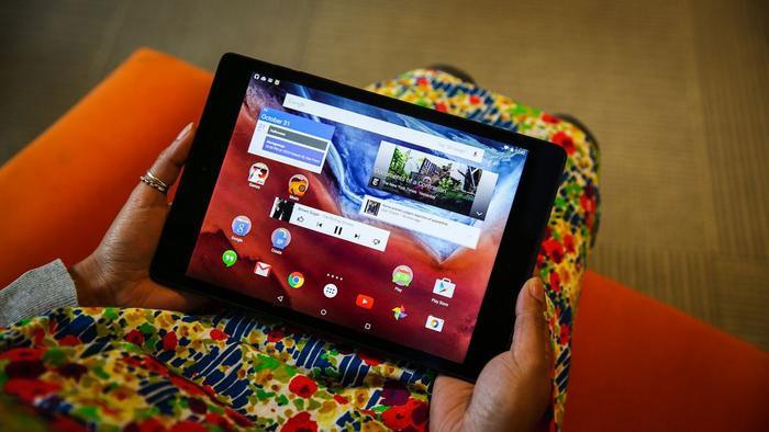 5.0 Lollipop (2014): Google thay đổi phần nhìn của Android hoàn toàn trong Android 5.0 với triết lý phẳng mà hãng này gọi là Material Design. Hệ điều hành này có chế độ ưu tiên, hỗ trợ đa người dùng và màn hình ứng dụng gần đây được đổi tên thành Overview.