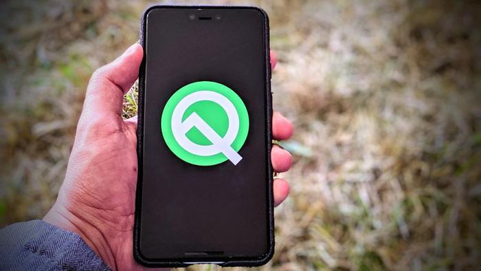 Android 10 Q (2019): Android Q vẫn chưa được tung ra chính thức, dù vậy người dùng đang rất quan tâm đến chế độ ban đêm (Dark Mode), chế độ hiển thị thông báo bật lên (Bubbles) và khả năng thêm vào chỉ dẫn trên video trực tiếp đang chạy.