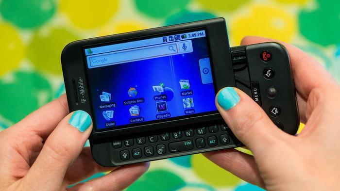 1.0 G1 (2008): Android 1.0 ra mắt trên chiếc HTC Dream (T-Mobile G1) và có thể chạy các ứng dụng thông qua Android Market với 35 ứng dụng ban đầu. Google Maps tên nền tảng này sử dụng tính năng GPS và Wi-Fi của điện thoại trong khi đó nó cũng được tích hợp trình duyệt Android.