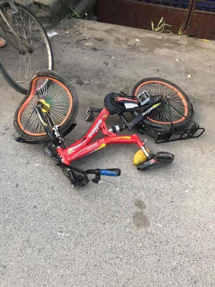 Chiếc xe đạp bị méo mó