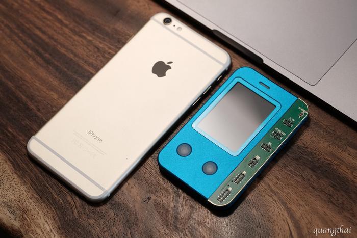 """Chỉ cần kết nối cáp của viên pin với cổng kết nối tương ứng trên thiết bị này là thông tin về iPhone đã có thể bị """"đổi trắng thay đen."""" (Ảnh: Facebook Nguyễn Quang Thái)"""