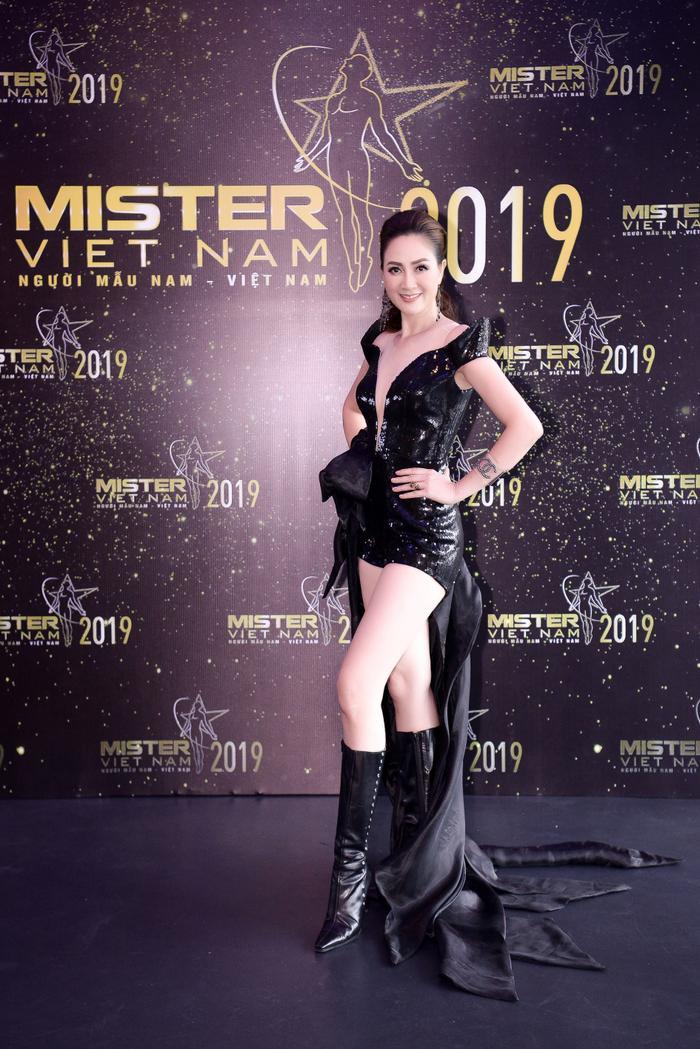 Hoa hậu áo dài Đàm Lưu Ly chọn cho mình chiếc váy ngắn có phần tà dài mix với boots cao cổ khi đi chấm casting.
