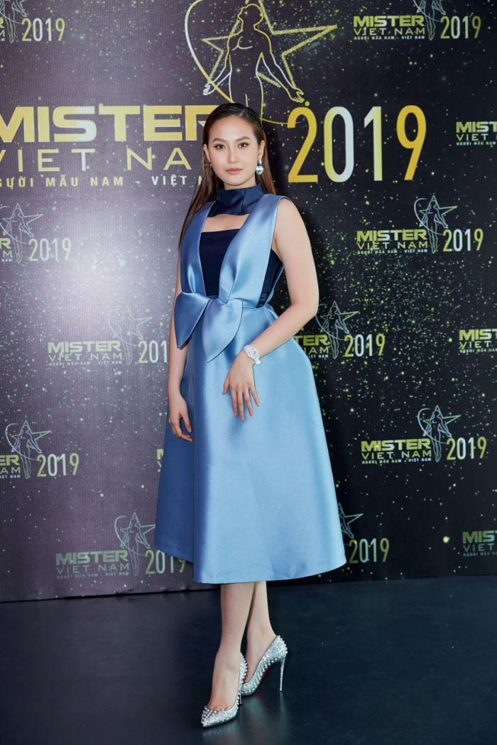 Miss Globe Khánh Ngân thả dáng cùng mẫu đầm xòe của NTK Phương My.