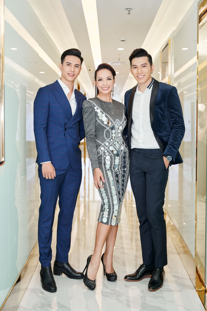Mister International Trịnh Bảo cùng siêu mẫu Ngọc Tình chọn cho mình bộ vest nam tính, lịch lãm, người mẫu Thúy Hạnh lại quyết thả dáng cùng chiếc váy ngắn ôm sát, đính kết cầu kỳ.