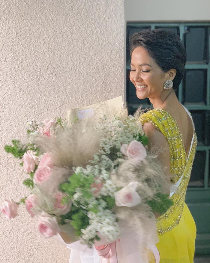 H'Hen Niê diện váy cũ ôm hoa tươi cười đón tuổi 27 đầy nhiệt huyết.