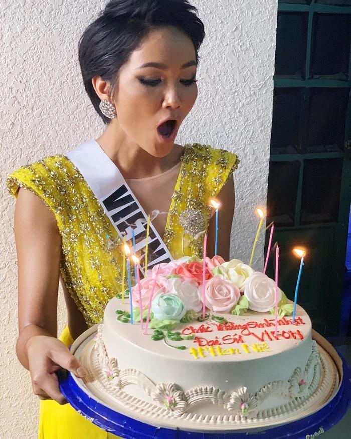 H'Hen Niê diện váy cũ 'thần thái' thổi nến bánh sinh nhật.