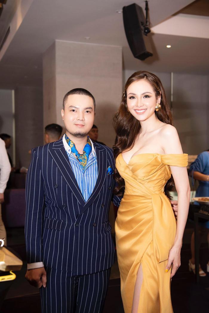 Hoa hậu Diễm Hương bên NTK thân thiết Đức Vincie