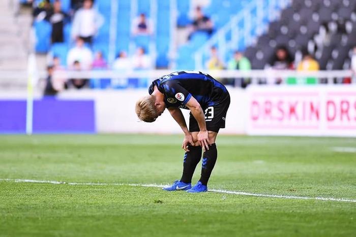 """Công Phượng và Incheon United đang trong chuỗi ngày khốn khó hơn bao giờ hết. Mỗi khi được ra sân, anh liên tục ở trong tình trạng """"đói bóng"""", cô đơn lạc lõng trong lối chơi nhu nhược của đội bóng xứ Hàn.Dẫu cho Incheon United thất bại, nhưng bỏ """"tấm áo giáp"""" ấy xuống, Công Phượng sẽ thấy thoải mái hơn nhiều khi về chơi dưới trướng HLV Park Hang-seo ở giải đấu sắp tới."""