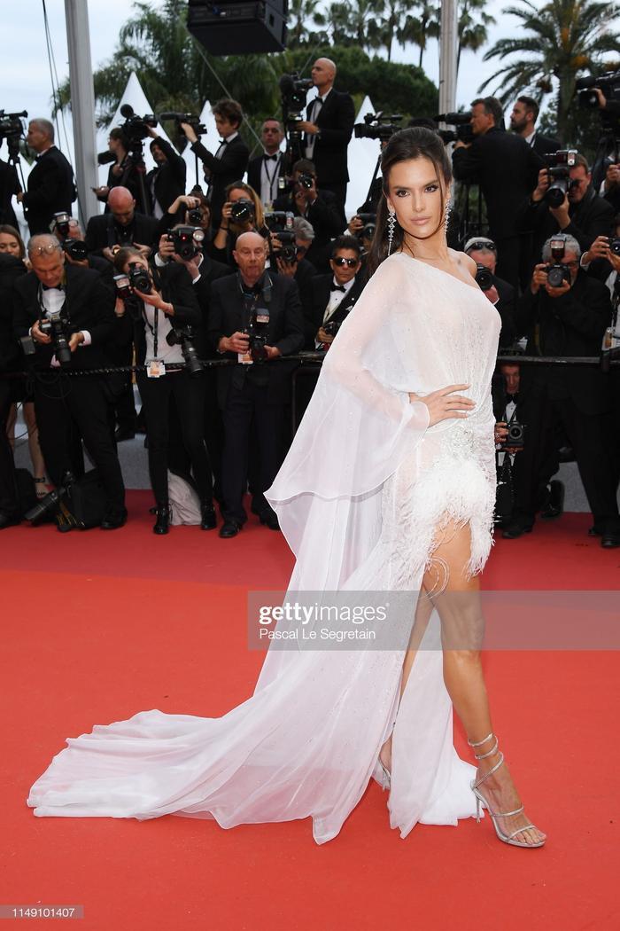 Thảm đỏ khai mạc LHP Cannes 2019: Selena Gomez đẹp lồng lộn khoe vòng 1 ná thở đối đầu Tiên nữ giáng trần Elle Fanning ảnh 11