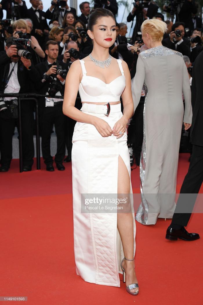 Thảm đỏ khai mạc LHP Cannes 2019: Selena Gomez đẹp lồng lộn khoe vòng 1 ná thở đối đầu Tiên nữ giáng trần Elle Fanning ảnh 1