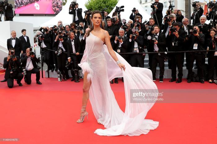 Thảm đỏ khai mạc LHP Cannes 2019: Selena Gomez đẹp lồng lộn khoe vòng 1 ná thở đối đầu Tiên nữ giáng trần Elle Fanning ảnh 10