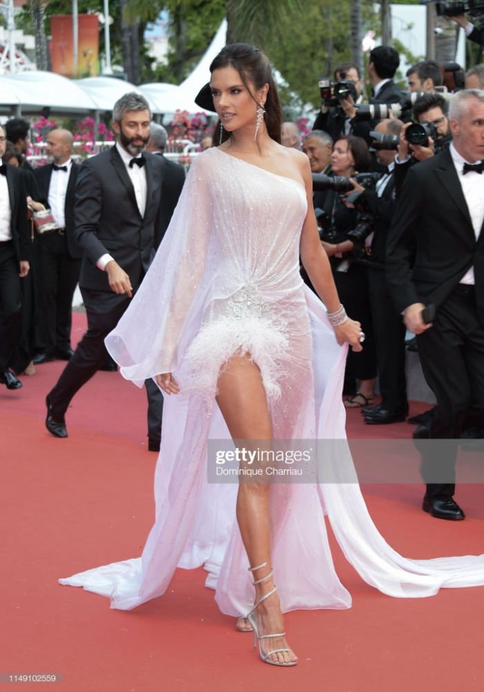 Thảm đỏ khai mạc LHP Cannes 2019: Selena Gomez đẹp lồng lộn khoe vòng 1 ná thở đối đầu Tiên nữ giáng trần Elle Fanning ảnh 12