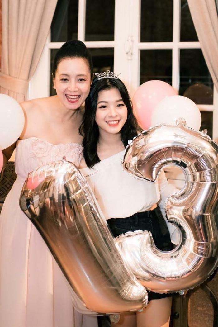 Hồng Khanh xinh đẹp bên người mẹ nổi tiếng – diễn viên Chiều Xuân.