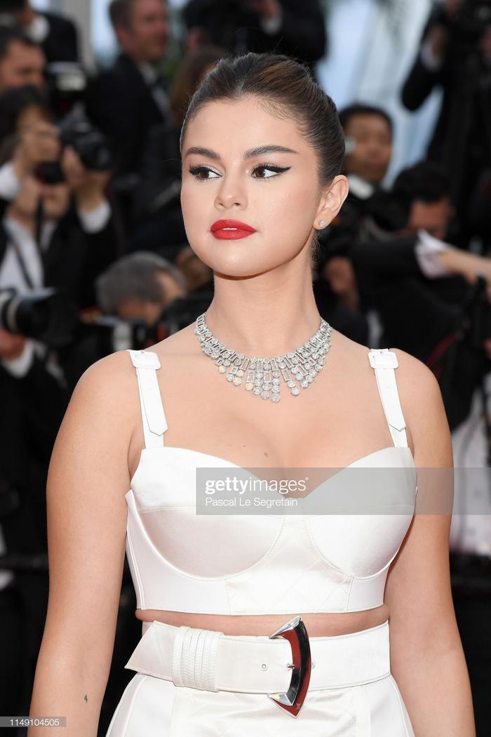 Selena Gomez lộ mỡ thừa ở bụng.