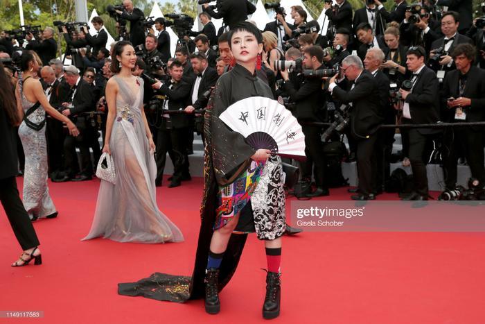 Một khách mời tham dự, trang phục hiện đại xen lẫn cổ đại Trung Hoa.