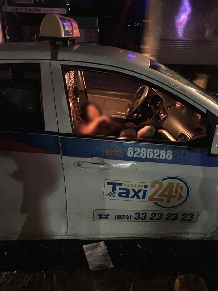Nữ tài xế bị đâm trọng thương trong xe taxi.