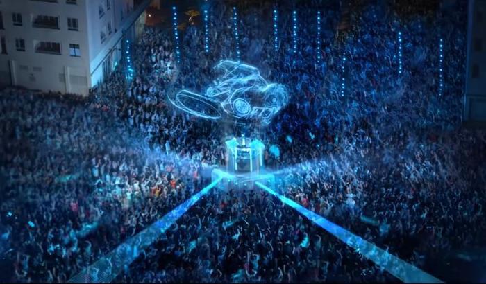 Đoạn quảng cáo quy tụ hàng trăm người tham gia với hiệu ứng hình ảnh độc đáo và âm thanh bắt tai.