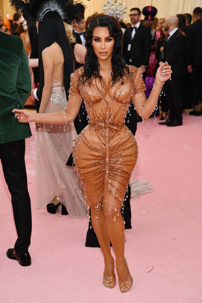 Kim Kardashian từng không thể ngồi, không thể ăn uống bất cứ thứ gì vì chiếc váy này