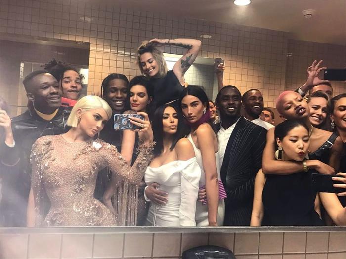 Sau thảm đỏ, restroom của Met Gala cũng là nơi được nhiều nghệ sĩ lui đến, thậm chí chụp ảnh check-in thân thiện cùng nhau.