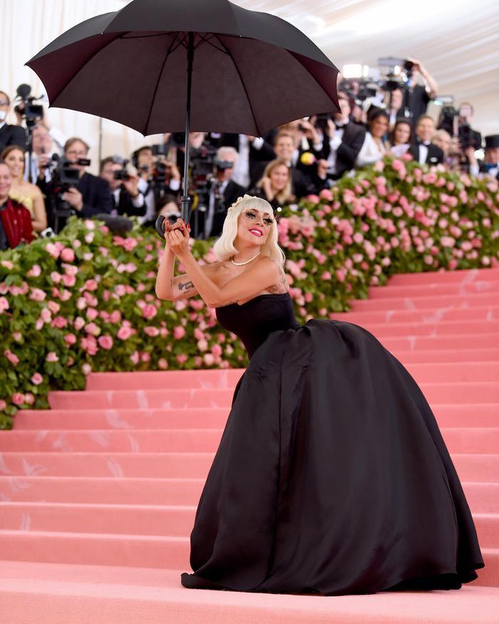 Lady Gaga với tiết mục lăn lê bò toài tại Met Gala khiến fan choáng ngợp