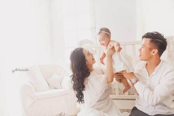 Tổ ấm của họ càng viên mãn khi con gái đầu lòng Sunny ra đời. Mỗi khi về nhà, vợ Hải Quế từng chia sẻ trò cưng Park Hang Seo không ngần ngại xắn tay áo giúp vợ việc nhà như nấu ăn, giặt giũ, rửa bát.