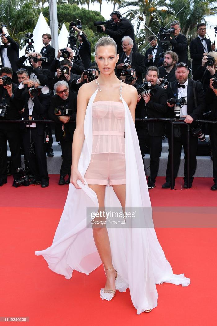 """Bộ váy bị đánh giá """"kém sang"""" nhất trên thảm đỏ hôm nay thuộc về Nadine Leopold. Có khác gì bộ đồ ngủ rồi khoác thêm một tấm vải choàng."""