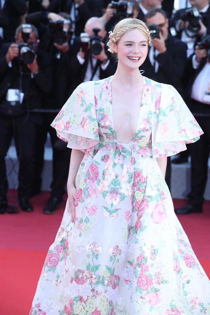 Tuy nhiên, chiếc váy khoét sâu để lộ khuyết điểm lớn.
