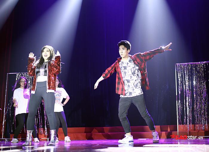 Những bước nhảy đầy mạnh mẽ, dứt khoát của cặp đôi mang lại nguồn năng lượng tich cực cho tất cả khán giả.