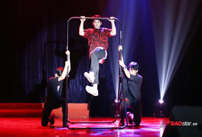 Tuấn Minh mang sở trường street workout của mình lên sân khấu vòng thi Tài năng đầy ấn tượng.