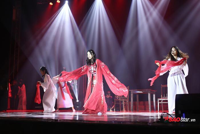Nữ sinh Giang Hiểu Ly vào vai nhân vật Hoạn thư trong Truyện Kiều, thể hiện những cảm xúc giằng xé trong mối thù hận với Thúy Kiều - do người bạn Nguyễn Hương Mai thủ vai.