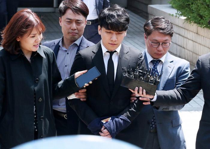 Trước đó vào sáng 14/04, Seungri bị còng tay và đưa đến tòa nhưng sau đấy lại được tháo còng.